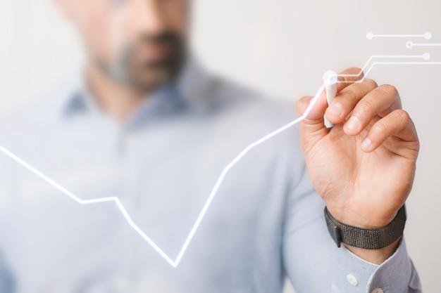 Mężczyzna przedstawiający prezentację biznesową za pomocą futurystycznego pióra cyfrowego