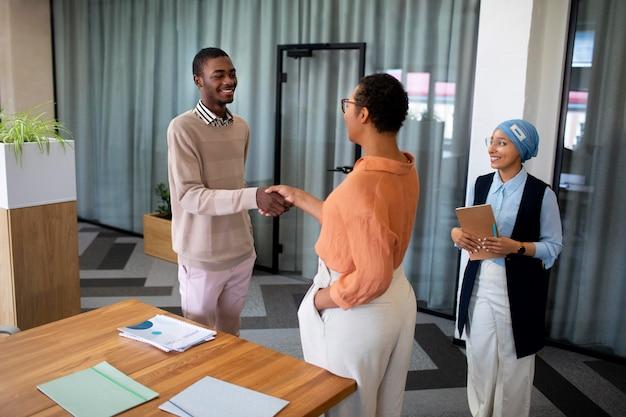 Mężczyzna przedstawiający się pracodawcom na rozmowie kwalifikacyjnej w biurze