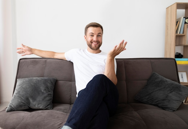 Mężczyzna przeprowadzający rozmowę wideo z rodziną with