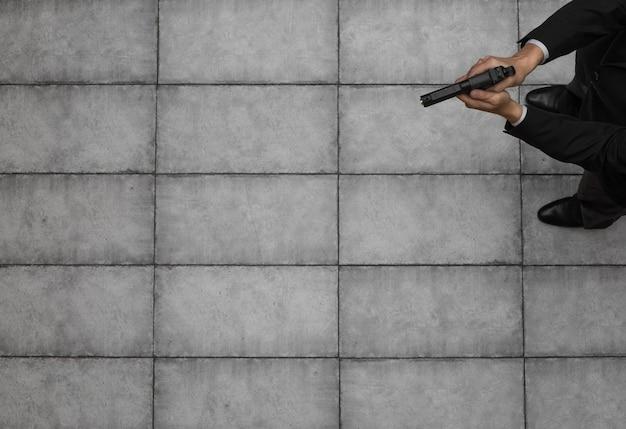 Mężczyzna przestępca z widokiem z góry na broń