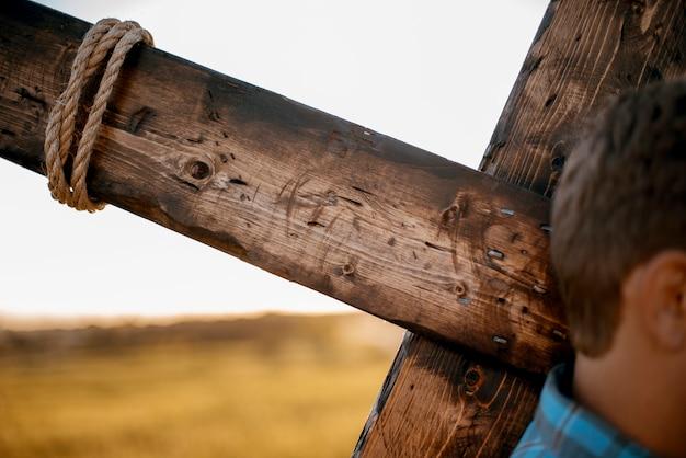 Mężczyzna przewożący drewniany rejs