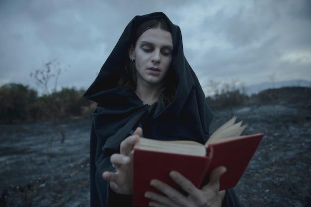 Mężczyzna przewraca strony z książki pisowni