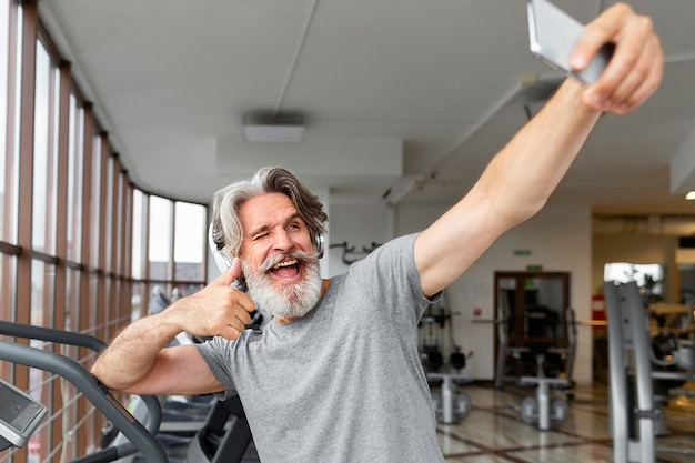 Mężczyzna przy selfie pokazuje aprobatę