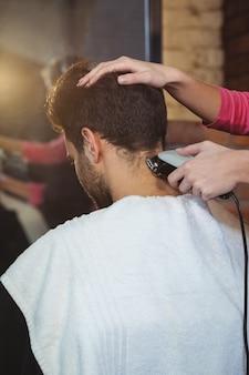 Mężczyzna przycinający włosy