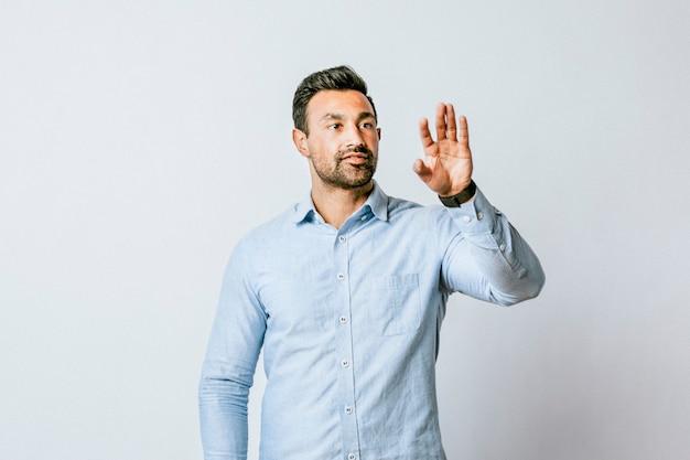 Mężczyzna przyciskający dłoń do ekranu