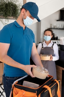 Mężczyzna przygotowuje jedzenie na wynos do dostawy