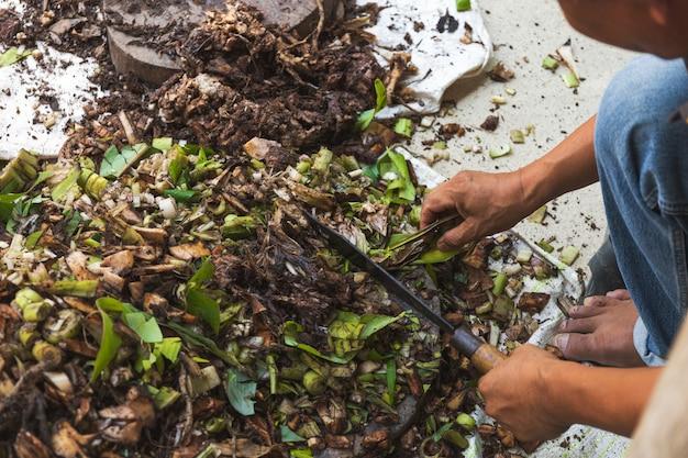 Mężczyzna przygotowuje kompost