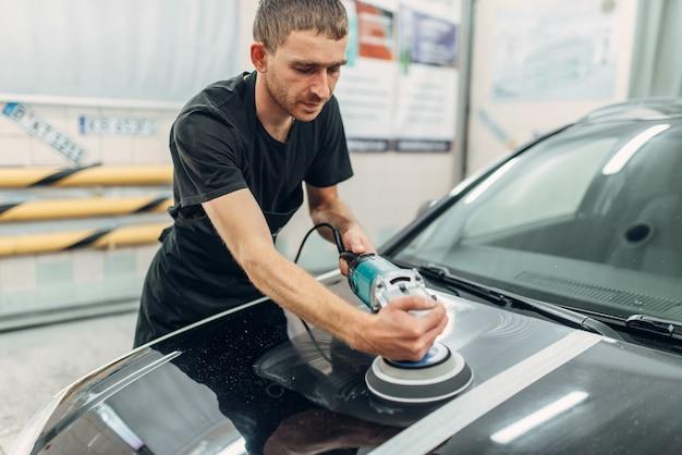 Mężczyzna przygotowuje się do przywrócenia lakieru samochodu