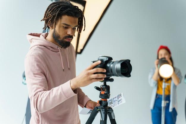 Mężczyzna przygotowywa kamerę dla strzelać