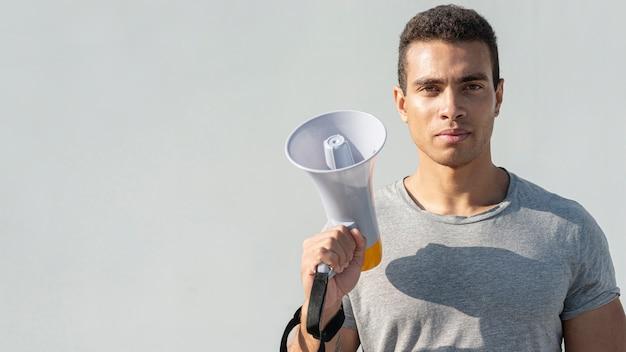 Mężczyzna przygotowywający dla demonstraci z megafonem
