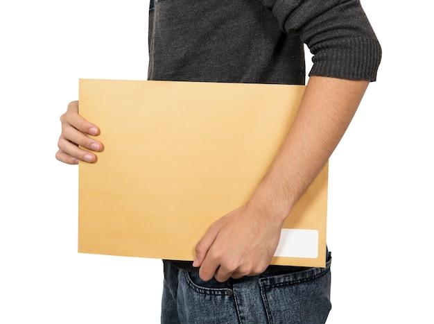 Mężczyzna przynosi brązową kopertę