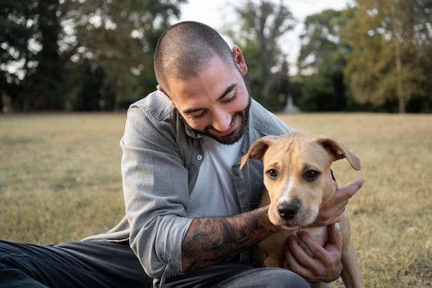 Mężczyzna przytulający swojego przyjaznego pitbulla