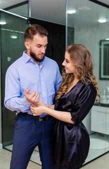 Mężczyzna przytulanie swoją zmysłową dziewczynę całowanie zmysłowej amerykańskiej pary