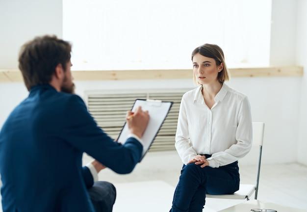 Mężczyzna psycholog komunikuje się z kobietą konsultacja stylu życia pacjenta