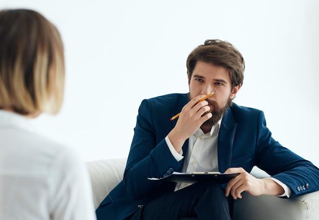 Mężczyzna psycholog komunikuje się z pacjentem profesjonalistą terapii problemów