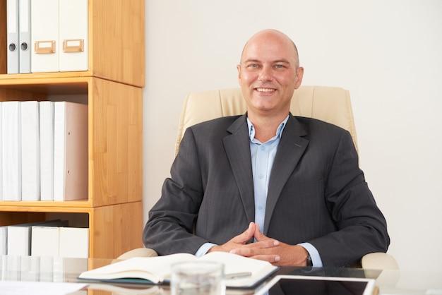 Mężczyzna psycholog siedzi przy biurem