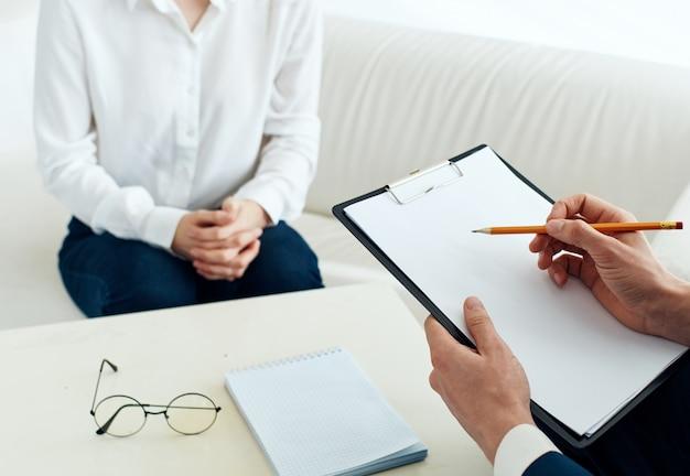 Mężczyzna psycholog z dokumentami i kobietą w pomieszczeniu