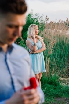 Mężczyzna pyta swoją dziewczynę, czy chce go poślubić.