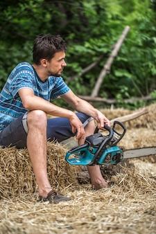 Mężczyzna rąbaniu drewna piłą łańcuchową