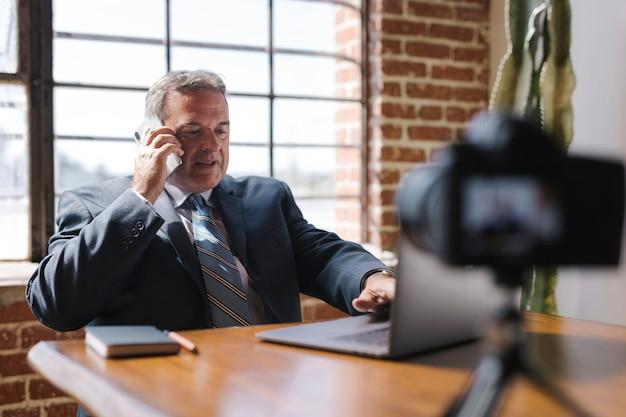 Mężczyzna radiowy rozmawia przez telefon