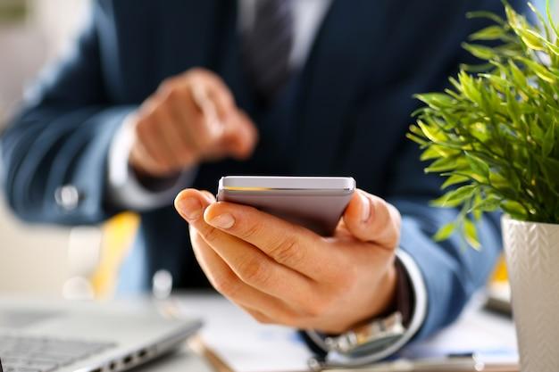 Mężczyzna ramię w kolorze trzymać telefon