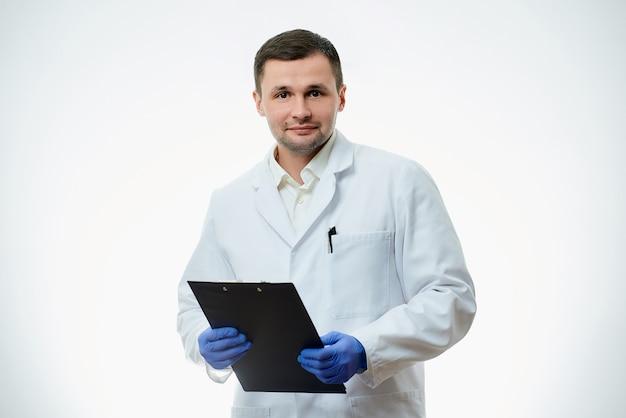 Mężczyzna rasy kaukaskiej lekarz nosi biały fartuch laboratoryjny