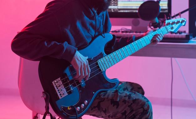 Mężczyzna realizator dźwięku pracujący w studiu nagraniowym.