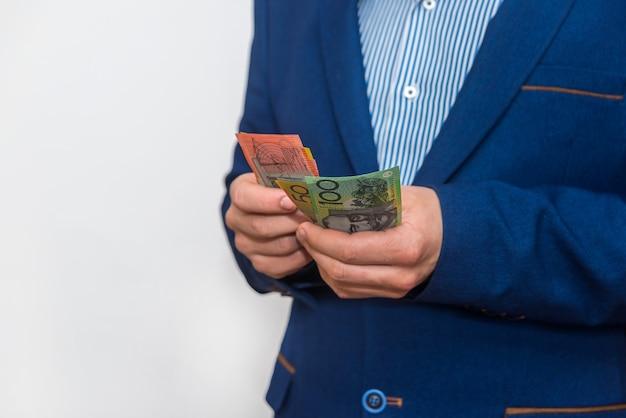 Mężczyzna ręce liczenia banknotów dolara australijskiego, makro