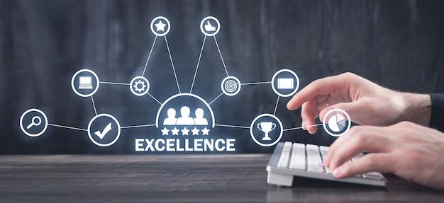 Mężczyzna ręce wpisując na klawiaturze komputera. doskonałość. jakość. biznes