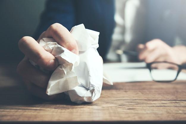 Mężczyzna ręcznie zmięty papier