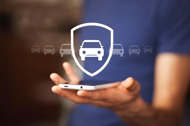 Mężczyzna ręka samochód z telefonem w ekranie