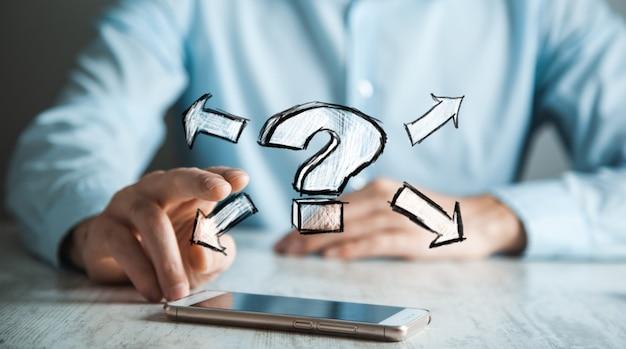Mężczyzna ręka telefon ze znakiem zapytania na ekranie