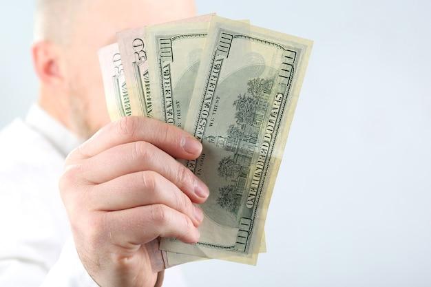 Mężczyzna ręka trzyma pieniądze z bliska