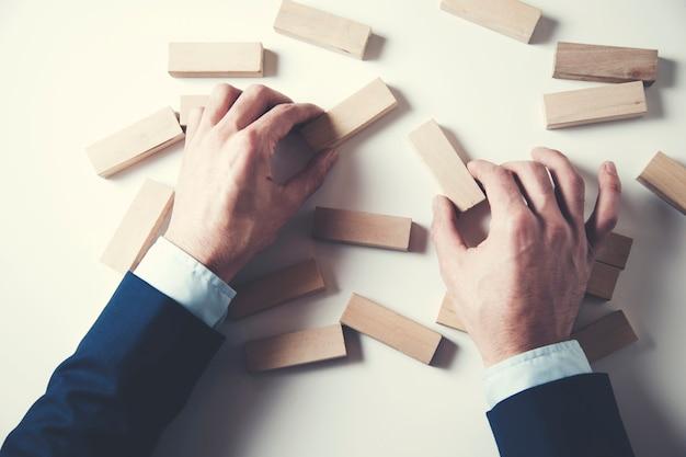 Mężczyzna ręka trzyma puste drewniane kostki