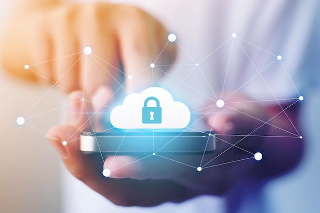 Mężczyzna ręka trzyma serwer w chmurze mobilny inteligentny telefon