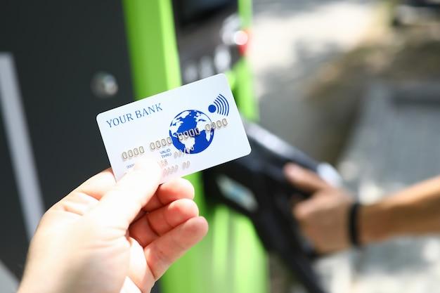 Mężczyzna ręka trzymać białą plastikową kartę kredytową