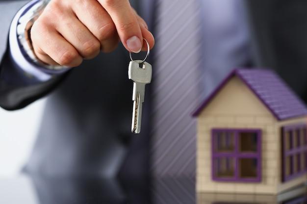 Mężczyzna ręka trzymać srebrny klucz daje