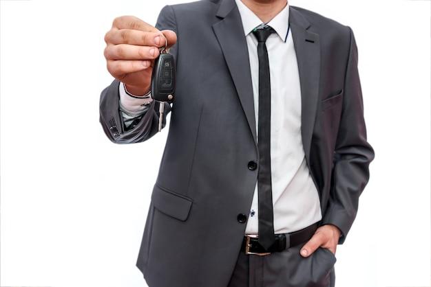 Mężczyzna ręka z kluczyk na biały