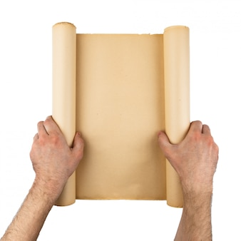 Mężczyzna ręki trzyma starą zaakcentowaną papierową rolkę. pusta przestrzeń, miejsce na tekst, kopia, napis. pionowe tło.