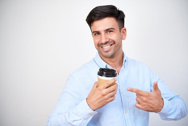Mężczyzna reklamujący pyszną kawę