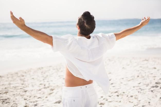Mężczyzna relaks na plaży