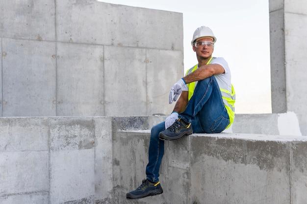 Mężczyzna relaksujący na budowie