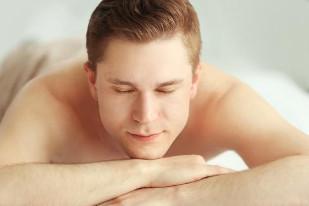 Mężczyzna relaksujący się w salonie spa