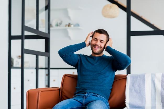 Mężczyzna relaksuje i słucha muzykę w domu