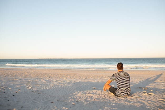 Mężczyzna relaksuje na plaży