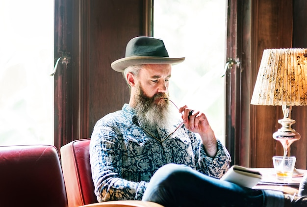 Mężczyzna relaksuje z szkłem whisky