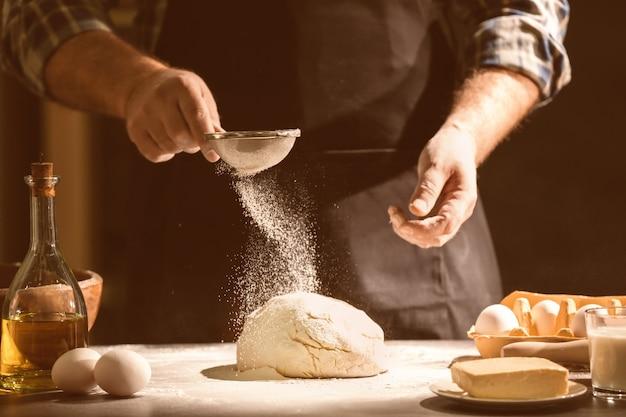 Mężczyzna robi ciasto w kuchni