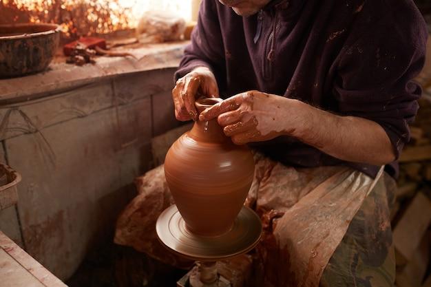 Mężczyzna robi czajnika zamkniętemu up