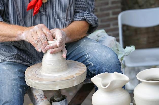 Mężczyzna robi dzban gliny