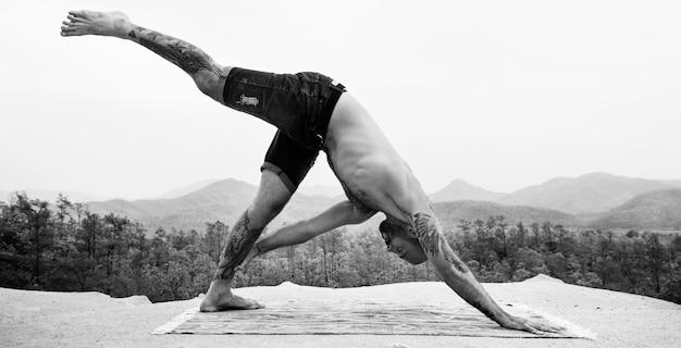 Mężczyzna robi joga ćwiczenia pojęciu